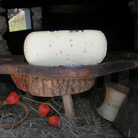 1/2  tomme de MELANGE ( composé 65% lait de Vache + 35% lait deBrebis)